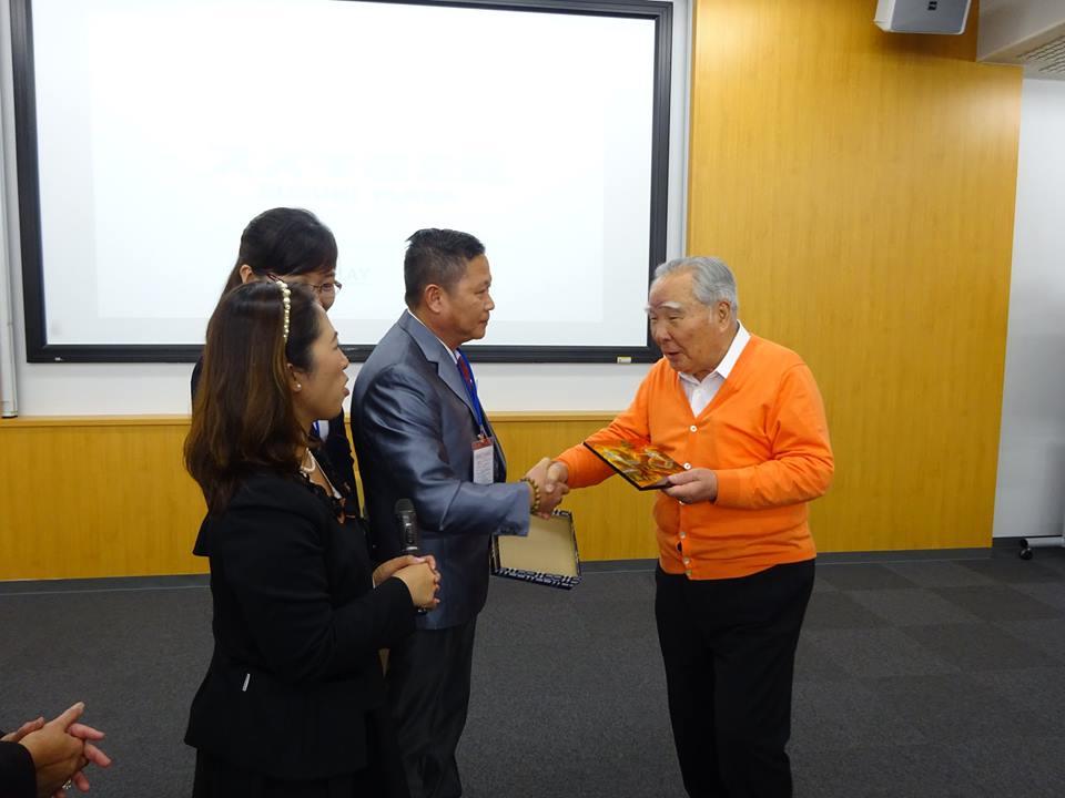 Doanh nhân Lê Xuân Hoàng – Đại diện VCCI trao tặng KNC cho ngài Suzuki – Chủ tịch Tập đoàn Suzuki Nhật Bản